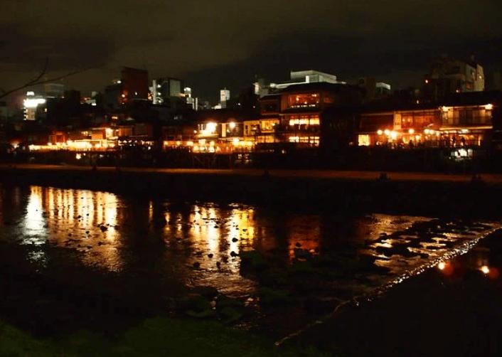 京都市南区の鴨川が変色!赤い水の原因(発生源)は工場排水?刺激臭は?場所はどこ?【動画】